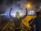St�ety ve m�st� Ferguson pokra�ovaly i v noci z ned�le na pond�l� (18. srpna)