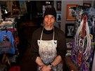 Nadšený umělec. Goodman maluje trika, pohledy a obrazy.