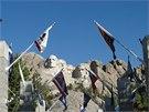 Mount Rushmore - prezidenti mezi vlajkami