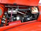 Pohled do motorového prostoru třicítky, kde rozhodně nemůžeme přehlédnout litrový dvoudobý dvouválcový motor.