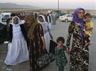 Jezídské ženy přicházejí do uprchlického tábora u hranic se Sýrií (9. srpna...