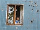 Jedna z obyvatelek Don�cku obhl�� �kody nap�chan� t�k�mi boji (8. srpna 2014).