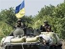 Ukrajinští vojáci sedí na tanku nedaleko Doněcku (9. srpna 2014).