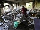 Zaměstanec dentální kliniky v Doněcku obhlíží škody napáchané boji armády se...