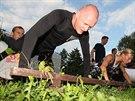 Boxer René Blažejovský vede cvičení pro skupinu mladých lidí. Využívají...