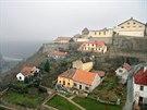 Na místě starého přemyslovského hradu ve Znojmě dnes stojí pivovar Hostan (vpravo nahoře). Dávnou historii tak už připomíná hlavně rotunda svaté Kateřiny.