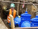 Výměna poškozené části vodovodního potrubí v pražských Dejvicích. (13. srpna...