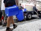 Kvůli prasklému potrubí je na Praze 6 asi sto tisíc lidí bez vody. (13. srpna...