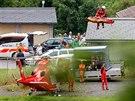 Švýcarští záchranáři odvážejí zraněné při nehodě vlaku u obce Tiefencastel....