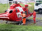 Pilot švýcarského záchranářského vrtulníku doplňuje palivo před zásahem u...