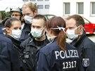 Němečtí policisté stojí před uzavřeným úřadem práce v berlínském městském...