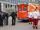 Němečtí policisté a záchranáři před uzavřeným úřadem práce v berlínském...