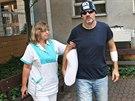 První fotografie po incidentu na Stodolní. Zdravotní sestra pomáhá Michalu Hrůzovi při vycházce před převozem z Ostravy do Čech. (11. srpna 2014)