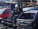 Hasiči dokončují zásah u požáru čtyř osobních aut v Harnicích. Při požáru se...
