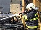 Požár se před příjezdem hasičů snažili lidé uhasit sami, ale nepovedlo se....