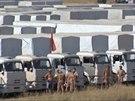 Rusk� humanit�rn� konvoj u ukrajinsk�ch hranic. (16. srpna 2014)