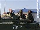 Ruské obrněné transportéry se shromáždily u místa, kde stojí i ruský konvoj s...