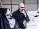 Ond�ej Mikul�ek v divadeln� inscenaci Nen�padn� p�vad bur�oazie, kterou v...