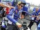 Valentino Rossi projíždí na skútru kolem motocyklových stájí na Masarykově...