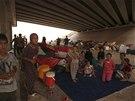 Tisíce jezídů, kteří museli na začátku srpna opustit Sindžár, se rozprchli do horských vesnic Kurdistánu. Část z nich skončila v uprchlickém táboře OSN (15. srpna 2014)