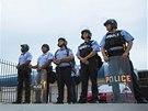 Kvůli smrti černošského mladíka demonstrovaly ve Fergusonu stovky lidí. (16.