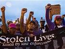 Demonstranti vzali do ulic i transparent se jmény lidí, kteří v USA zemřeli