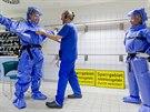 Lékaři v dekontaminační komoře specializované berlínské nemocnice Charité, kam...