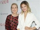 Modelka Louisa Gummerová doprovodila svou matku na premiéru filmu Dárce.