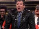 Tzv. Ice bucket challenge přijal i komik Jimmy Fallon a polil se ve své show i...
