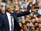 TAM MUS͊. Manuel Pellegrini kou�uje fotbalisty Manchesteru City v souboji s...