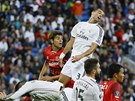 JAK TO DOPADNE. Momentka z utkání o Superpohár mezi Realem Madrid a Sevillou.