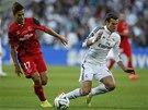 TO BOLELO. Gareth Bale z Realu Madrid padá v utkání o Superpohár proti Seville.
