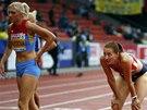 Denisa Roslová (vpravo) a Irina Davydovová po rozběhu na 400 metrů překážek na