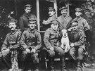 Mladý Hitler (vlevo dole) s dalšími německými vojáky během první světové války.