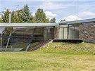Horizontálním pojetím stavby docílili architekti jejího optického zmenšení.