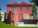 Dům je kontaktně zateplen s novou probarvenou omítkou v hnědočerveném cihlovém