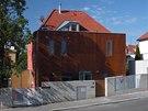 Přístavba má provětrávanou zavěšenou fasádu s obkladovými deskami s povrchem z