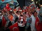 Příznivci vítají budoucího tureckého prezidenta Erdogana v ulicích Istanbulu krátce poté, co se zavřely volební místnosti.