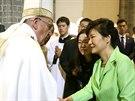 Papež se vítá s jihokorejskou prezidentkou Pak Kun-hje.