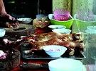 Příprava kočičího masa v hanojské restauraci. (červen 2014).