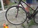 Policie zatím marně pátrá po totožnosti cyklisty, který se po pádu z kola vážně...