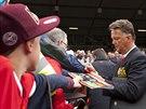 Louis van Gaal se podepisuje fanouškům před svou premiérou na lavičce...