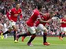 Wayne Rooney (vpravo) z Manchesteru United slaví trefu do sítě Swansea v...