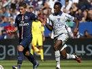 Marco Verratti (vlevo) z Paris St. Germain a El-Hadji Ba, který hraje za...