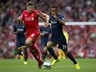 KDO S KOHO? Kapitán Liverpoolu Steven Gerrard (vlevo) a Ryan Bertrand ze Southamptonu mají stejný cíl: ukořistit míč pro sebe.
