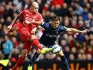 Bek Liverpoolu Martin �krtel (vlevo) hl�d� Du�ana Tadi�e ze Southamptonu.