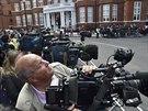Novináři čekají před velvyslanectvím Ekvádoru v Londýně na příchod Juliana...