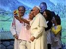 Papež František si s mladými věřícími udělal selfie (16. 8. 2014).