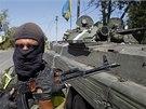 Ukrajinský voják na kontrolním stanovišti poblíž Doněcku (16. 8. 2014).