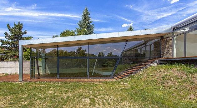 Hlavní obytný prostor je maximáln� otev�ený prosklenou fasádou do zahrady.